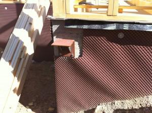 Detalle de apoyo en muro para vigas de porche exterior.
